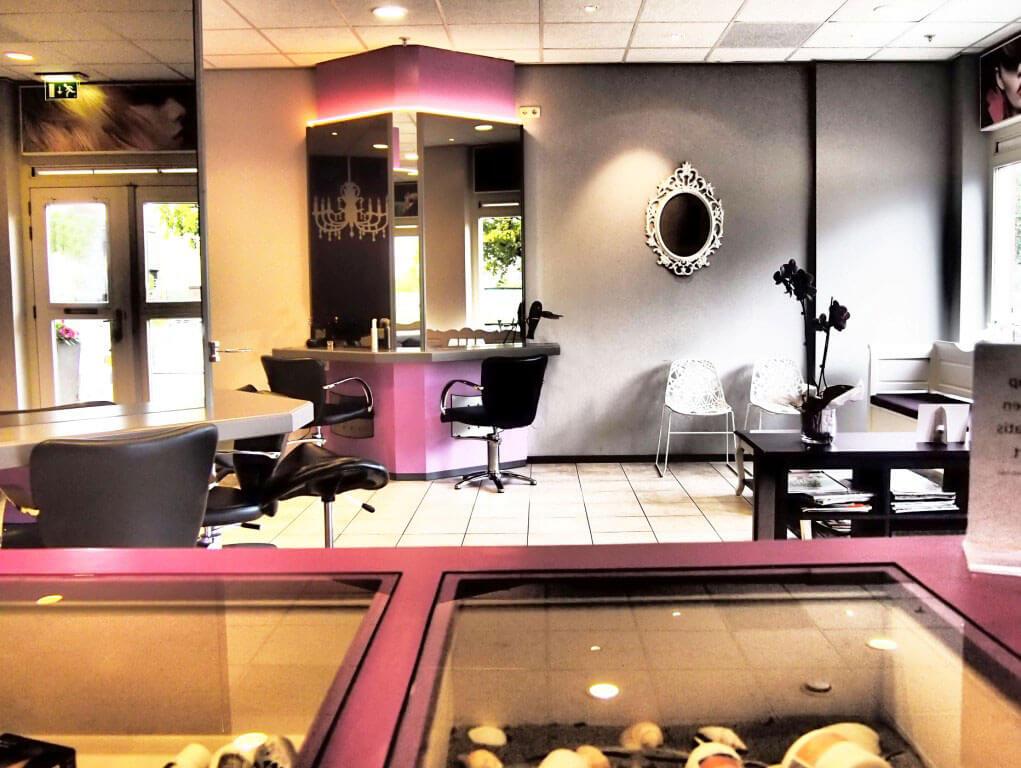 Binnenkijken bij kapsalon into hair bureau rosalisavilla for Kapsalon interieur