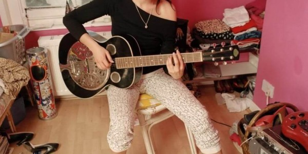 Amy_Winehouse_guitar